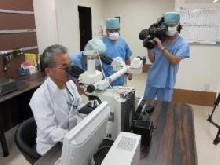 手術中に細胞診をする入江病理診断科部長